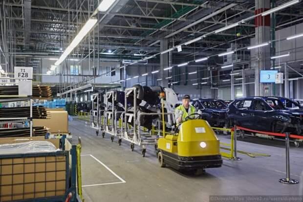 Есть и с водителем электровозы. Новые бамперы поехали на сборку. Их производят тоже здесь, в цехе пластиковых деталей. Часть деталей уезжает на склад для европейских заводов. nissan, авто, автозавод, автомобили, завод, производство, сборка, цех