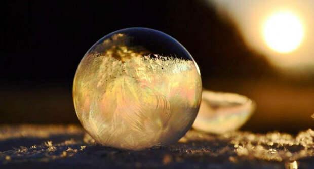 Хрустальные шары: девушка фотографирует мыльные пузыри вмороз