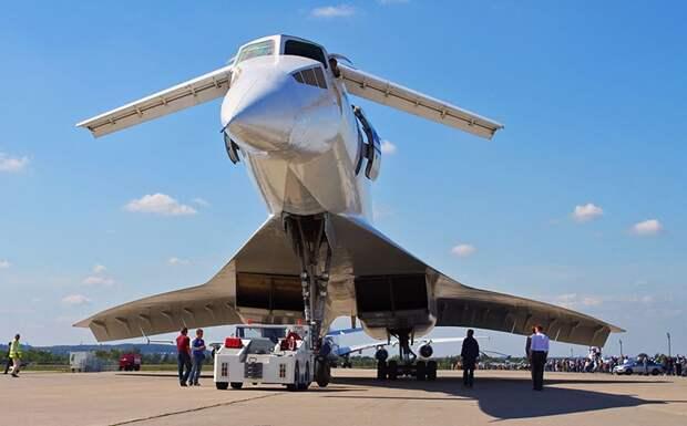Ту-144 — советский сверхзвуковой пассажирский самолет.