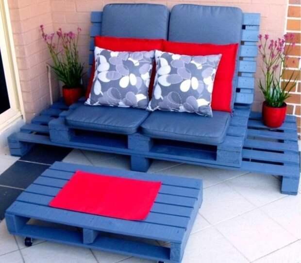 Мебель, спроектированная из деревянных поддонов, покрашенных в фиолетовый цвет.