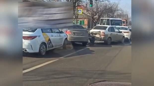 Минимум четыре автомобиля столкнулись наНансена вРостове