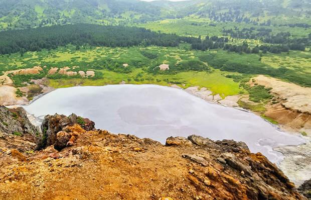 В кальдерах курильских вулканов образовались очень живописные озера.