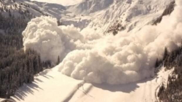 Житель Якутии погиб при сходе лавины на дорогу