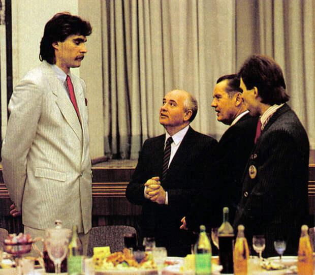 0_b18ad_452e8ec5_XLСабонис. Во время этого приема он попросил Горбачева разрешения играть за границей. Позже, это разрешение он получил и сезон 1989-1990 играл в Испании.