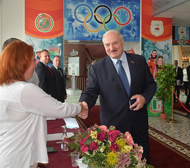 Лукашенко голосует