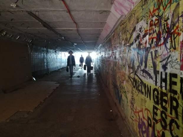 Вандалы в подземном переходе в Ижевске, «умные» тормоза и не выдержавший жары многоквартирный дом: что произошло минувшей ночью
