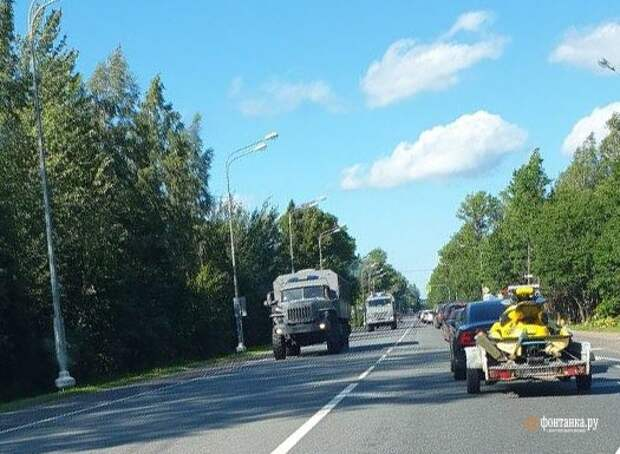 На дороге Петербург — Псков заметили колонну техники без номеров