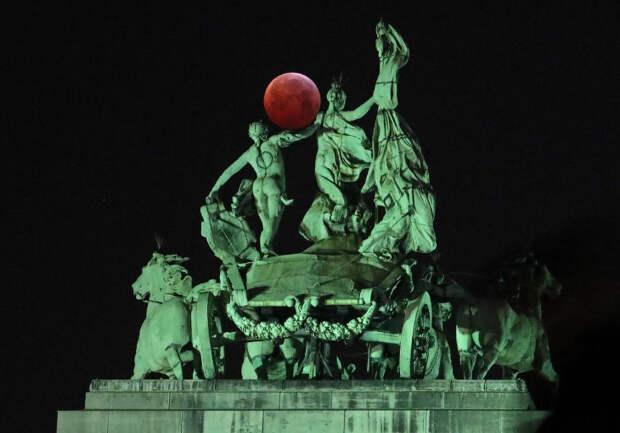 Кровавая волчья супер-Луна