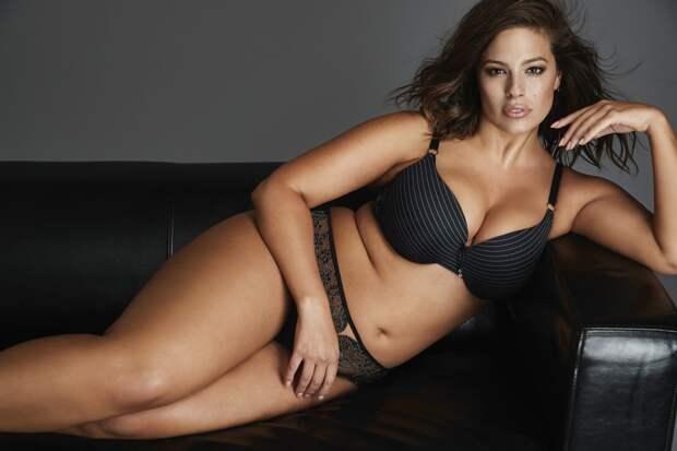 Тучная модель Эшли Грэм снялась топлес в одних трусиках