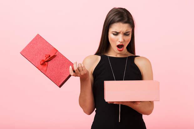 Психолог назвала самые ненавистные подарки женщинам на 8 Марта