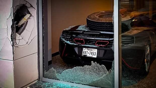 Взбесившаяся покрышка от грузовика разбила McLaren американского спортсмена