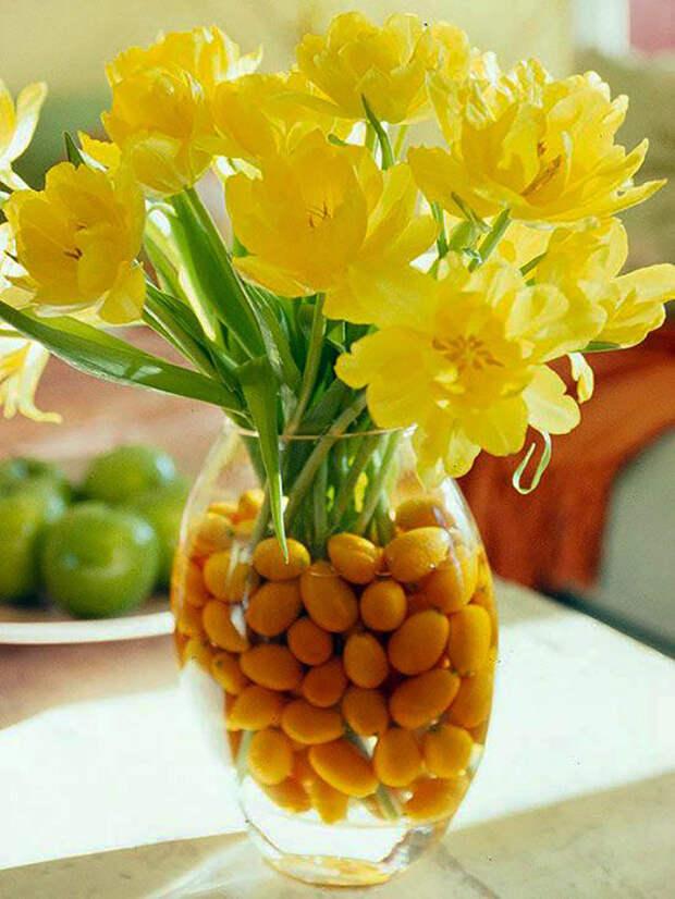 желтые цветы в вазе с яйцами