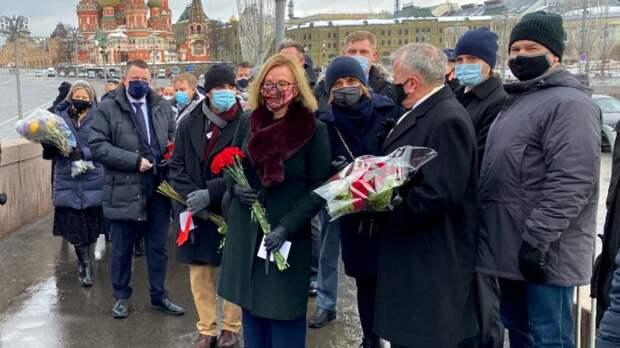 Послы Британии, Латвии возложили цветы на месте убийства Немцова