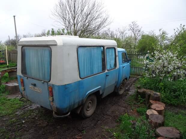 Эта семья живет в УАЗике уже не первый год