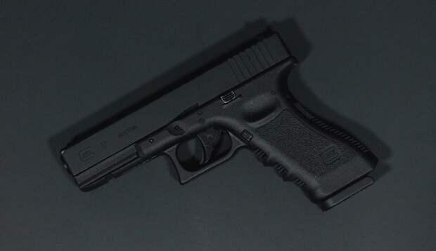 Двухлетний мальчик ранил обоих родителей найденным на тумбочке пистолетом