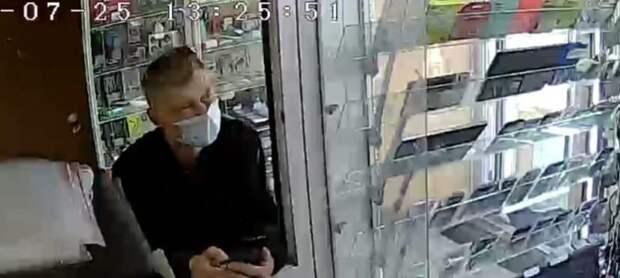 Полиция Иркутска ищет мужчину, подозреваемого в краже телефона из магазина скупки товаров