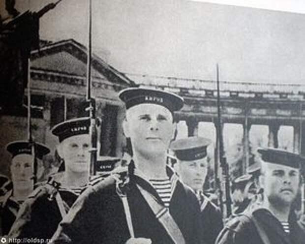 Загрузить увеличенное изображение. 800 x 640 px. Размер файла 74302 b.  Моряки перед Казанским собором