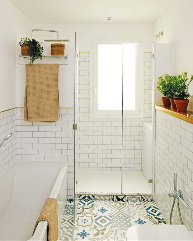 Уютная атмосфера в белом интерьере ванной с деревянной отделкой