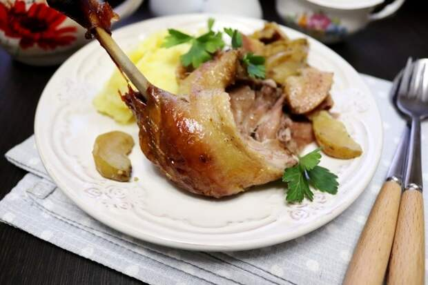 Фото к рецепту: Утка «мочёная», запеченная с айвой и яблоками