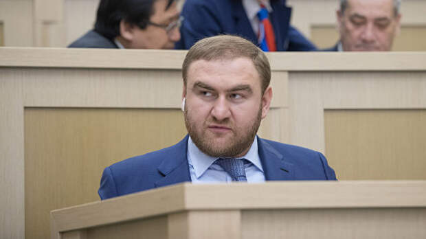 Однокурсники сенатора Арашукова не вспомнили его