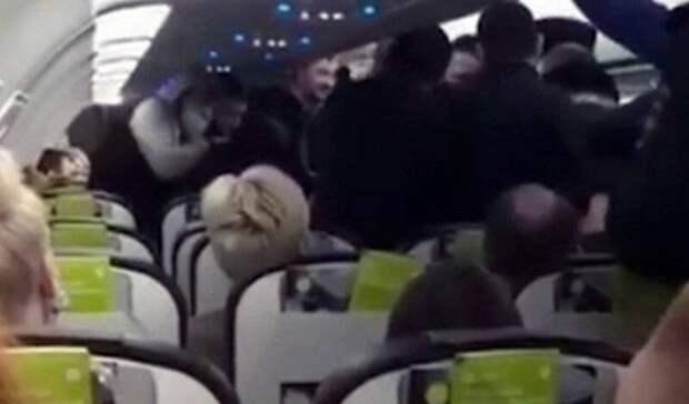 Двух пьяных дебоширов сняли с рейса в новосибирском аэропорту