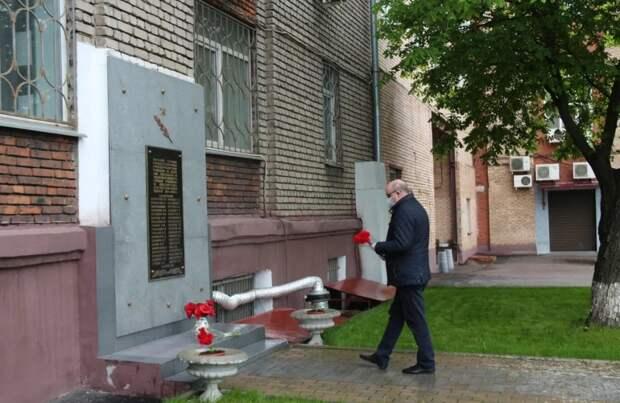 Цветы к мемориальной доске на улице Полковая возложили в Марьиной роще