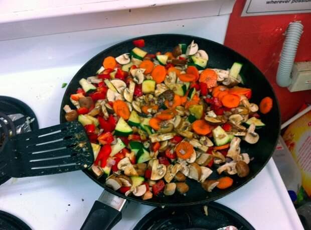 Большинство овощей имеют разное время приготовления. / Фото: Zazozh.com