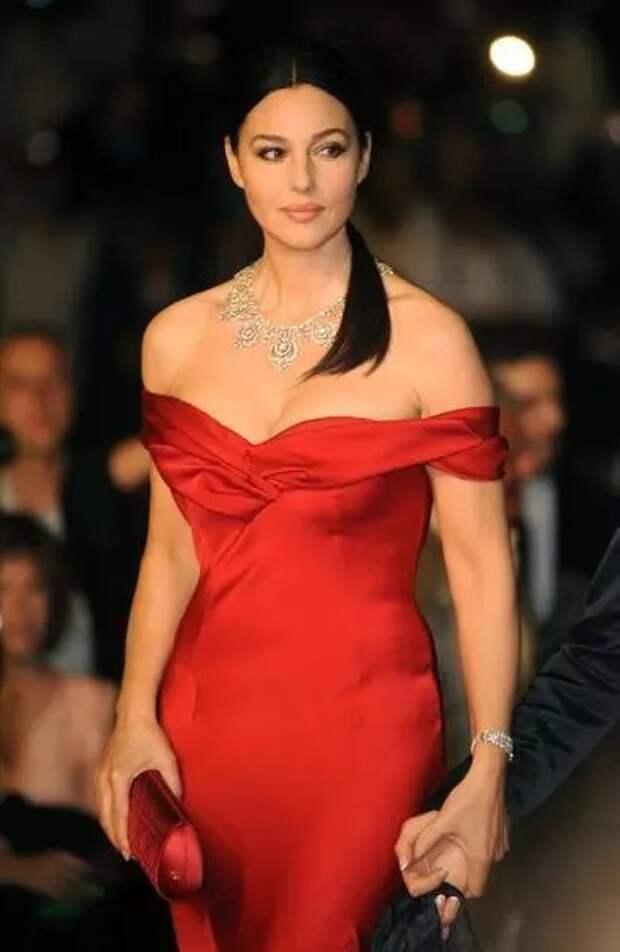 56-летняя Беллуччи появилась на обложке французской версии Madam Figaro в платье за 1,8 миллиона