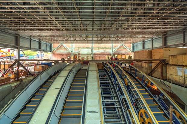 Строители застеклили вестибюль станции «Марьина Роща» БКЛ метро