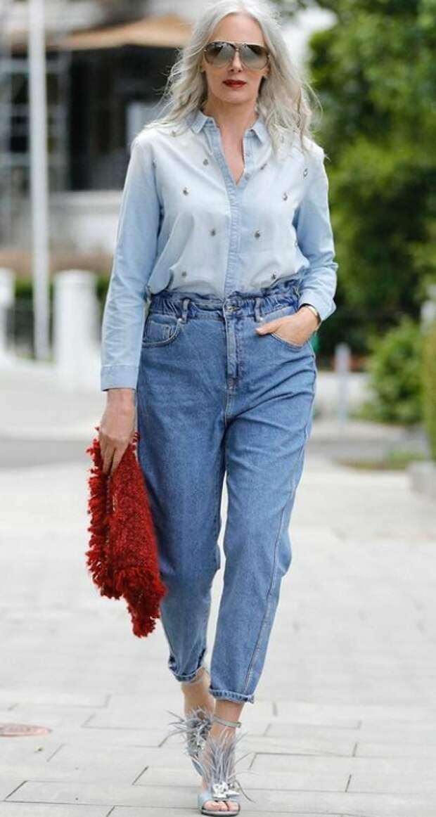 7 способов носить джинсы в 50 лет так, словно вы в дорогущем наряде
