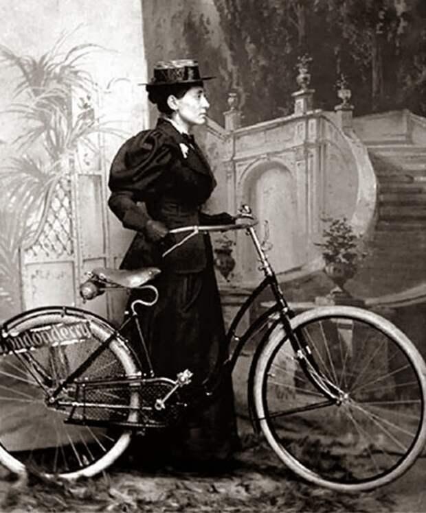 Женщина на велосипеде в конце XIX века.