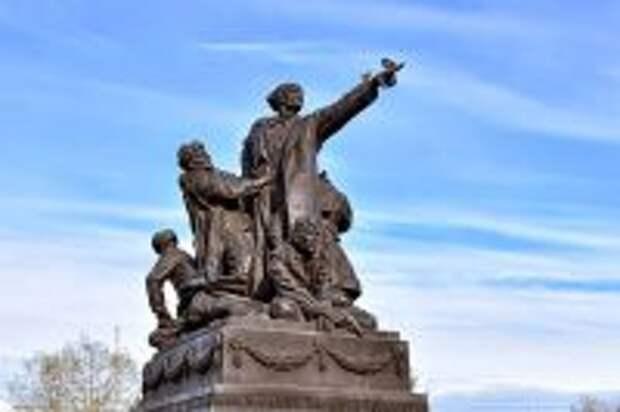 Памятник Михаилу Ефремову в Вязьме.