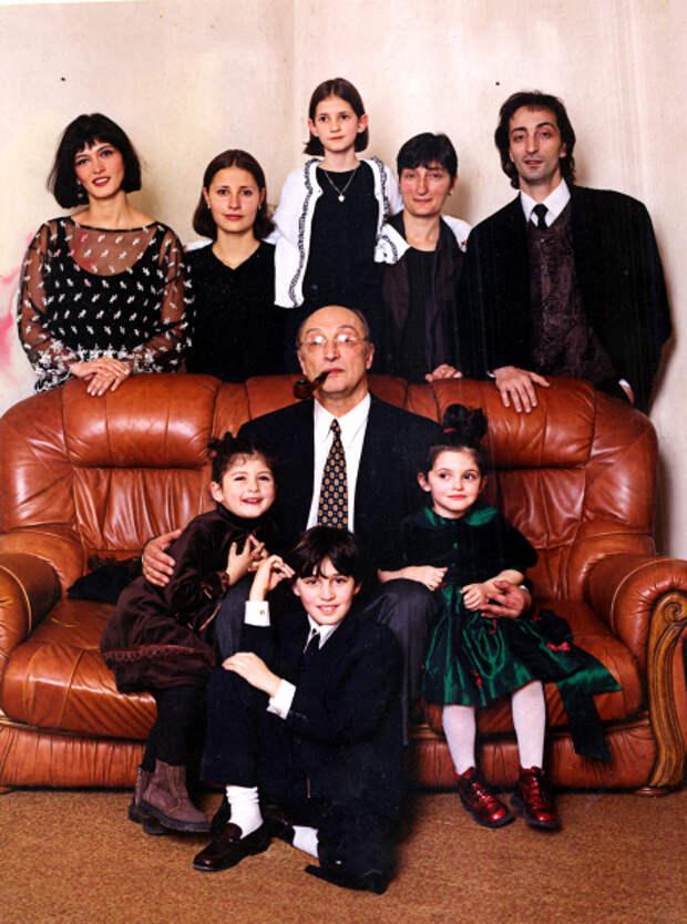 Михаил Козаков последние дни жизни провел в пансионате для престарелых. У него было пять жен, пять детей и столько же внуков