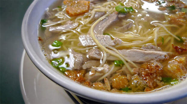 Делаем пряный куриный суп с чесноком