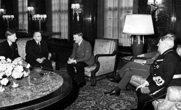 Деканозов [2-й слева] иГитлер, 1940. Источник: feldgrau.info