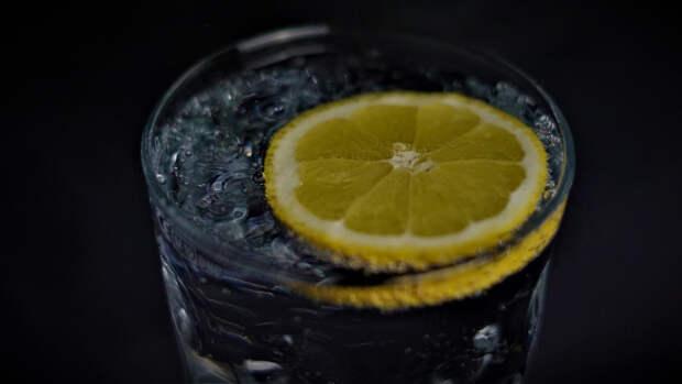Диетологи посоветовали добавлять в воду лимон для укрепления здоровья