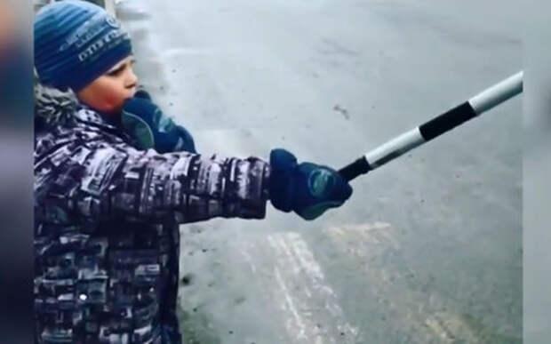 Настоящий гаишник: 8-летний школьник регулирует переход шоссе