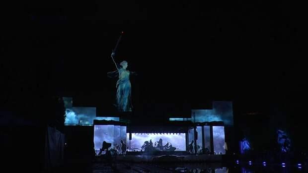 Волгоградцы отпраздновали День Победы световым шоу на Мамаевом кургане