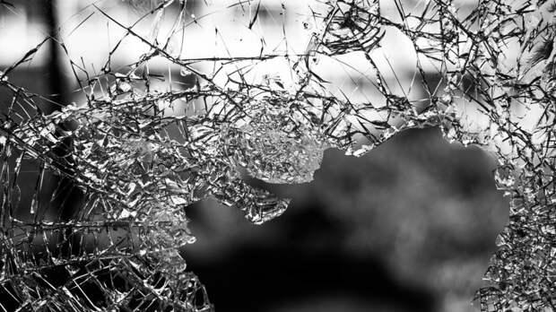 Неадекватный мужчина разгромил автомобиль бывшей супруги в Петербурге