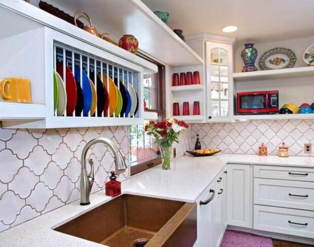 Оригинальная посуда заменяет декор.