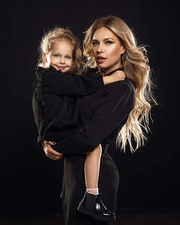 Рита Дакота с дочерью Мией