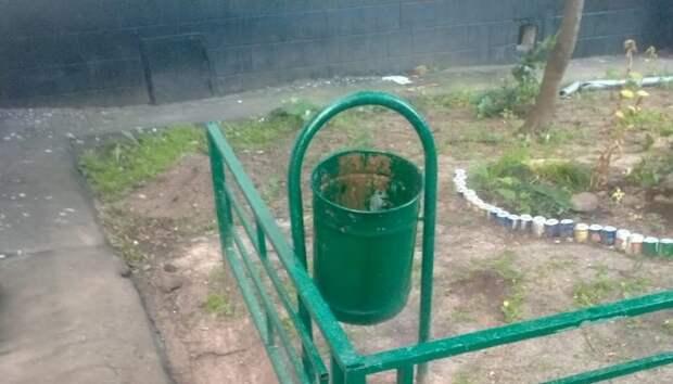Урны во дворе на Ясном проезде очистили от мусора