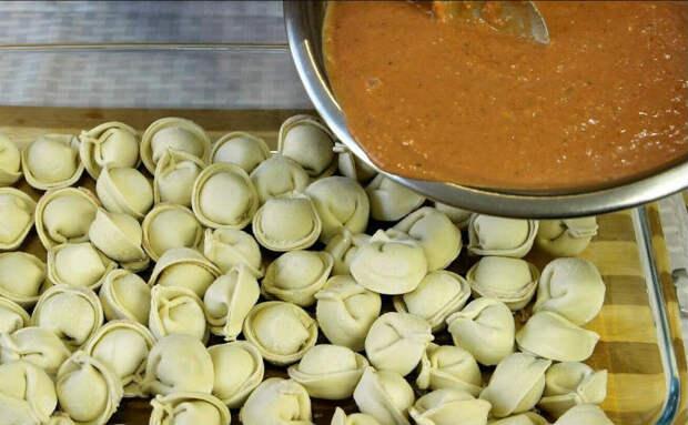 Сделали из обычных пельменей деликатес: вместо варки залили соусом и поставили в духовку