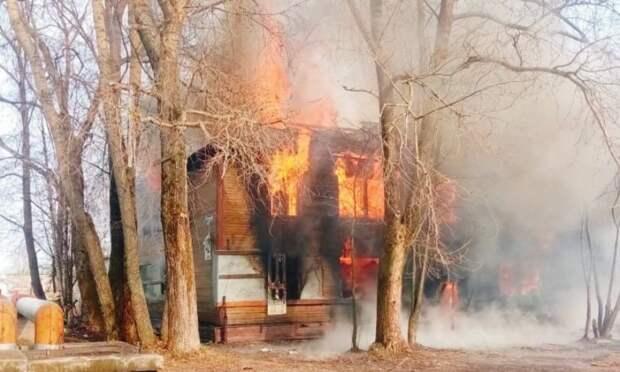 ВНоводвинске— крупный пожар внежилой «деревяшке». Рядом находится детский сад