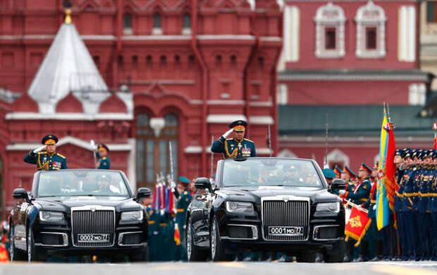 Два кабриолета Aurus проехали по брусчатке Красной площади