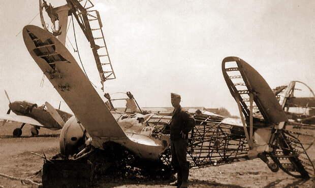 И-153 из 42-го ИАП, уничтоженный 22 июня 1941 года на аэродроме Парубанек (Вильнюс). На заднем плане его «убийца» Bf 109Е из II./JG 27, у которого под фюзеляжем виден пилон для подвески бомб SD-2. - Вынужденные драться? С удовольствием! | Военно-исторический портал Warspot.ru