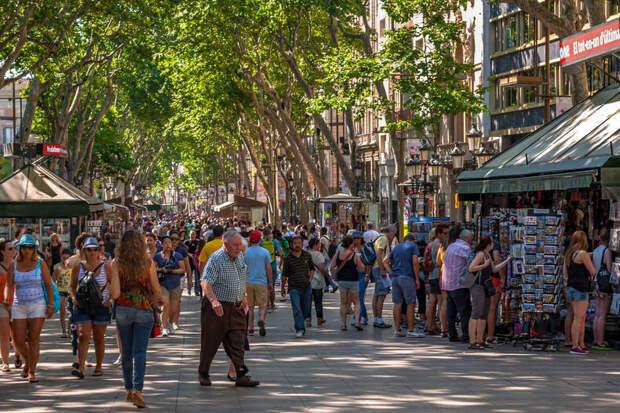Пешеходная зона в Барселоне в обычный день