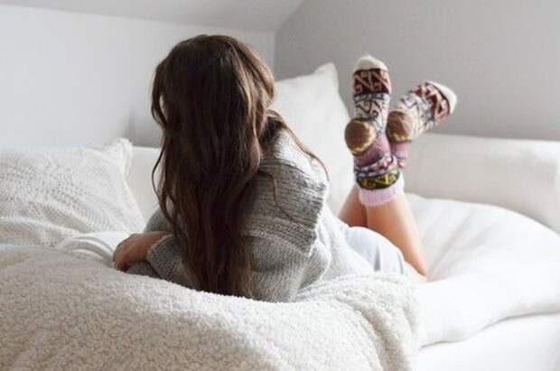 Почему врачи рекомендуют спать в носках: 5 важных причин