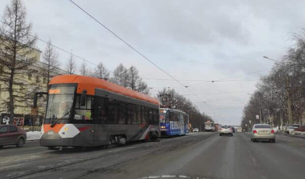 Задымился новый низкопольный трамвай наФрунзе вНижнем Тагиле