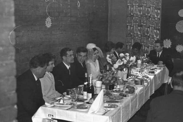 Делюсь воспоминаниями о том, что раньше ставили на свадебный стол